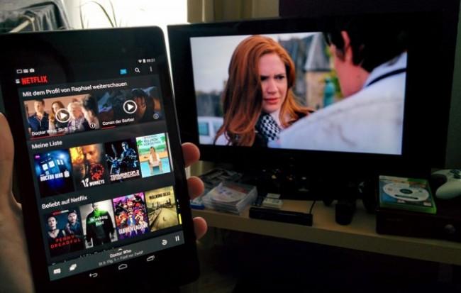 Dank einer Chromecast-Anbindung lassen sich Inhalte extrem simpel auf ein mit dem Streaming-Stick ausgestatteten TV streamen.