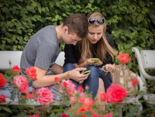 Junge Männer, die an kürzeren Beziehungen interessiert sind, entscheiden sich eher für kostspielige Smartphones – um ihre Attraktivität für Frauen zu erhöhen. (Foto: Jan Fidler)