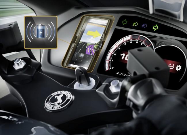 """Die Continental-Ladestation für Motorräder ermöglicht das kabellose Aufladen des Smartphone-Akkus. Dabei unterstützt die Station den verbreiteten """"Qi""""-Standard. (Foto: Continental AG)"""