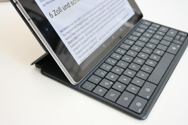 """Mit dem separat erhältlichen """"Tastaturfolio"""" lässt sich das Google-Tablet in mehreren Neigungswinkeln aufstellen. Magneten in der Hülle haften am Metallrahmen des Geräts."""