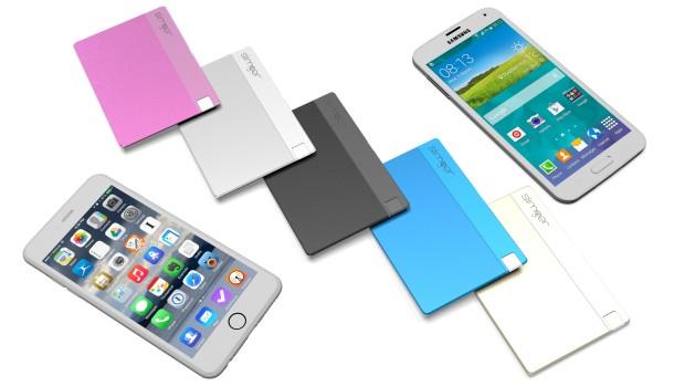 Mit dem Akku-Pack Slimger lassen sich Android-Smartphones und neuere iPhone-Modelle aufladen. Das Gerät ist fast so klein wie eine Kreditkarte. (Foto: Indiegogo – Slimger)