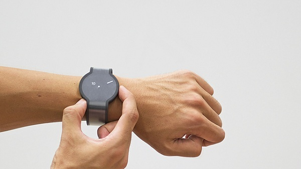 Die FES Smartwatch kommt mit der E-Paper Technologie (Foto: Fashion Entertainment/Makuake)