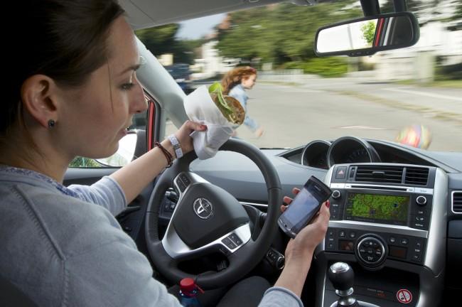 Ein Autofahrer, der bei Tempo 50 lediglich fünf Sekunden lang auf sein Handy schaut, ist 70 Meter im Blindflug unterwegs. (Foto: ADAC)