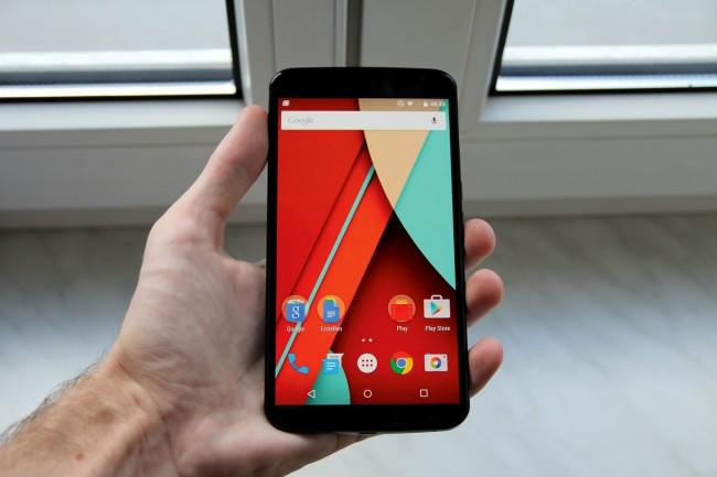 Mit rund 6 Zoll lotet das Nexus 6 die Smartphone- Obergrenze aus. Trotz des hohen Gewichtes liegt es aber noch ganz gut in der Hand.