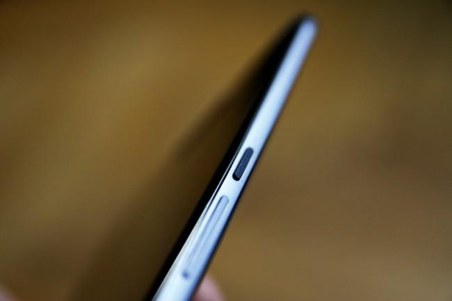 Nett: Die Standby-Taste ist mit kleinen Rillen versehen, wodurch sich diese leicht ertasten lässt. Generell ist die Verarbeitung des Nexus 6 hervorragend.