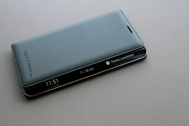 """Im mitgelieferten""""Flip-Wallet"""", bleibt der gekrümmte Teil des Bildschirms frei zum Ablesen von Uhrzeit und Benachrichtigungen."""