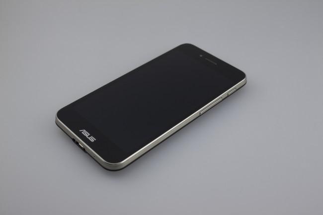 Optisch nicht unbedingt spektakulär überzeugt das Padfone durch schlichte Eleganz. Einziger negativer Kritikpunkt: Das Smartphone ist ein wenig dicklich, in der Hand liegt es dennoch angenehm.
