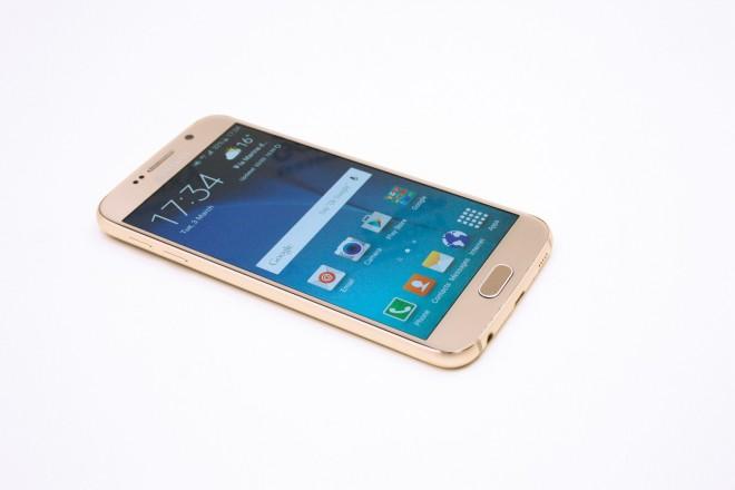 Ich seh', ich seh' ... ein iPhone: Samsung nimmt ganz offenkundige Anleihen beim Design des iPhone 6: Die dezent gerundeten Ecken, der Rahmen, der Lautsprecher.