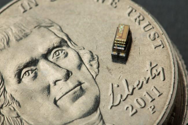 """Dieses Modell des Mini-Computers """"Michigan Micro Mote"""" enthält trotz seiner geringen Größe neben einem Prozessor und einer Solarzellen-Stromversorgung auch einen Temperatursensor. (Foto: Martin Vloet, University of Michigan)"""