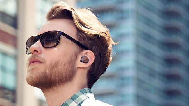 Rein ins Ohr und ab geht die Post: Dank Infrarot und Bluetooth soll sich das Moto Hint automatisch mit dem Smartphone verbinden.