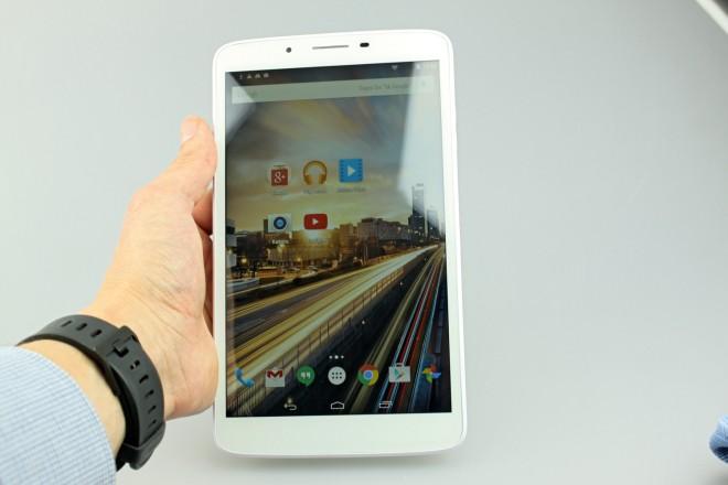 Von vorne ist das Tablet eher unauffällig. Am Foto ist schon zu erkennen, dass das Display nicht das hellste ist.