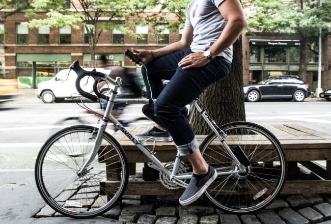 Dein Smartphone kannst du aufladen, indem du es an die USB-Buchse anschließt, die sich unterhalb des Fahrradsattels befindet. (Foto: Siva Cycle)