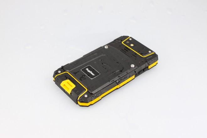 Hinter der verschraubbaren Heckklappe sitzen geschützt der große Akku, ein SD-Karten- und in Sandwich-Bauweise zwei SIM-Slots.