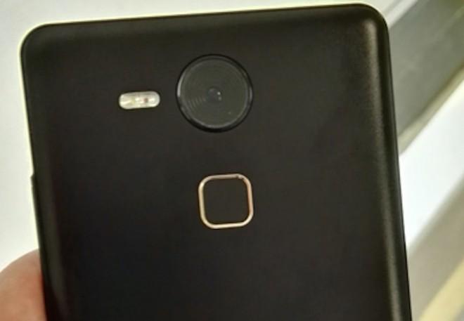Den Kollegen von PC Mag wurde dieses Foto zugespielt, dass das Huawei Mate 8 beziehungsweise Nexus 6 (2015) zeigen könnte. (Bild: PC Mag)
