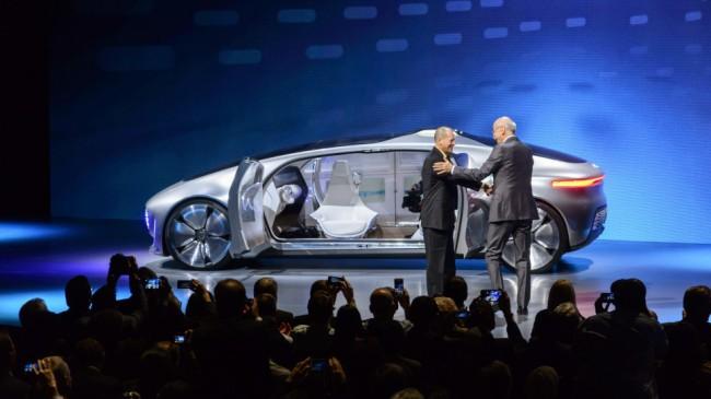 """Auf der CES in Las Vegas hat das Unternehmen Daimler im Januar seine autonom fahrende Luxuslimousine """"Mercedes-Benz F 015 Luxury in Motion"""" vorgestellt – bei der es sich allerdings noch um ein Forschungsfahrzeug handelt. (Foto: Daimler)"""