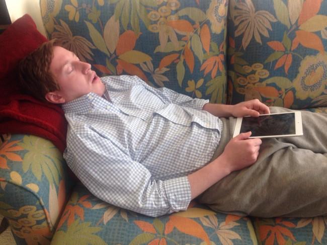 Die ständige Erreichbarkeit per Smartphone oder Tablet auch in der Freizeit kann zur Erschöpfung oder aber sogar zum Burnout führen. (Foto: 5demayo)