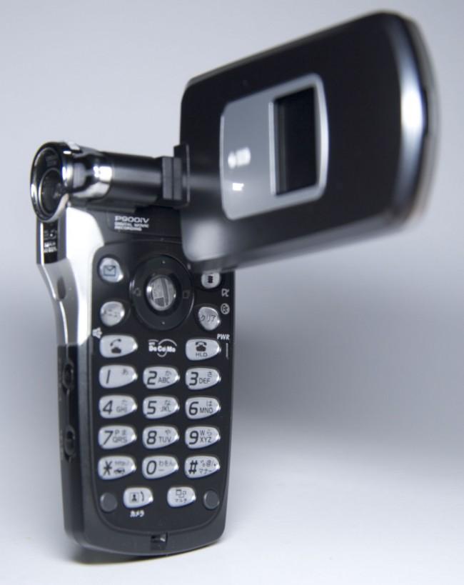 """In der """"guten alten Zeit"""" gab es eine Vielzahl von Gehäuseformen bei Mobiltelefonen. Hier ein Panasonic-Modell mit drehbarer Kamera. (Foto: Dantada)"""