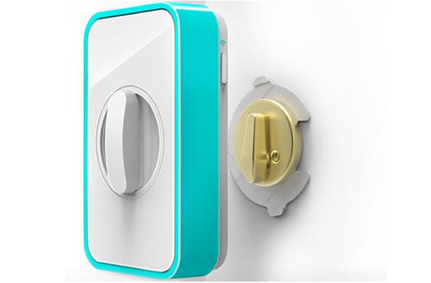 Lockitron lässt sich einfach auf herkömmliche Kippschalter aufstecken und ermöglicht das Aufschließen der Türen per NFC-fähigem Smartphone bzw. per SMS-Nachricht. Foto: Lockitron.com.