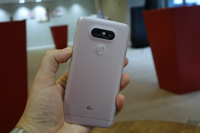 LG G5 and accessories Images 16