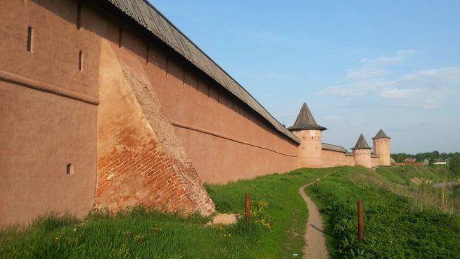Стена Спасо-Евфимиева монастыря в Суздале