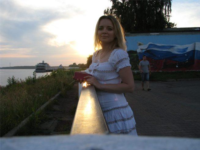 Кострома. Волжская набережная и Аня.