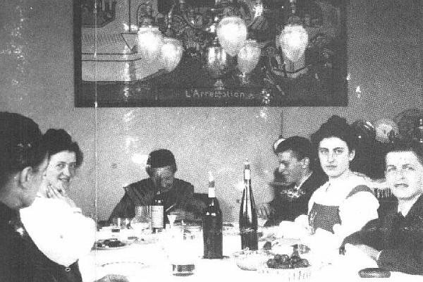 De izquierda a derecha: la mucama Rosalie Hermann, Hermine Wittgenstein, la abuela Kalmus, Paul Wittgenstein, Margarete Wittgenstein, Ludwig Wittgenstein.