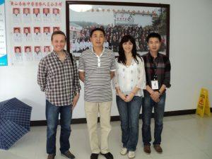 La clinica de medicină tradiţională chineză, împreună cu maestrul (centru), soţia mea, Roxana şi discipolul maestrului