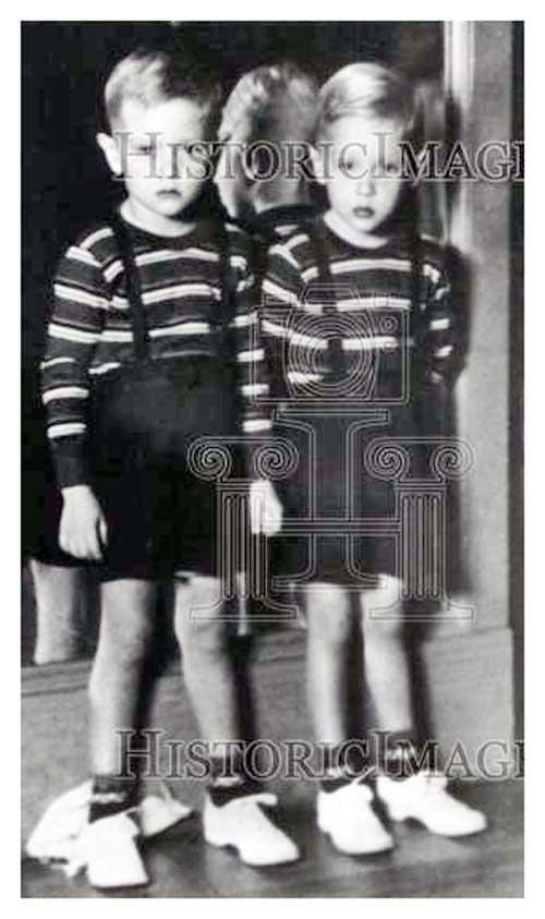 Charlie Duke et son frère William (à gauche) lors de leur quatrième anniversaire