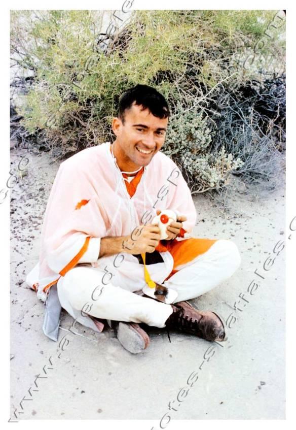 John Young lors d'un stage de survie dans le désert