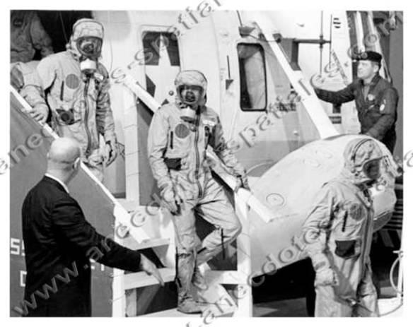 Les astronautes d'Apollo 11 sur le Hornet descendant de l'hélicoptère