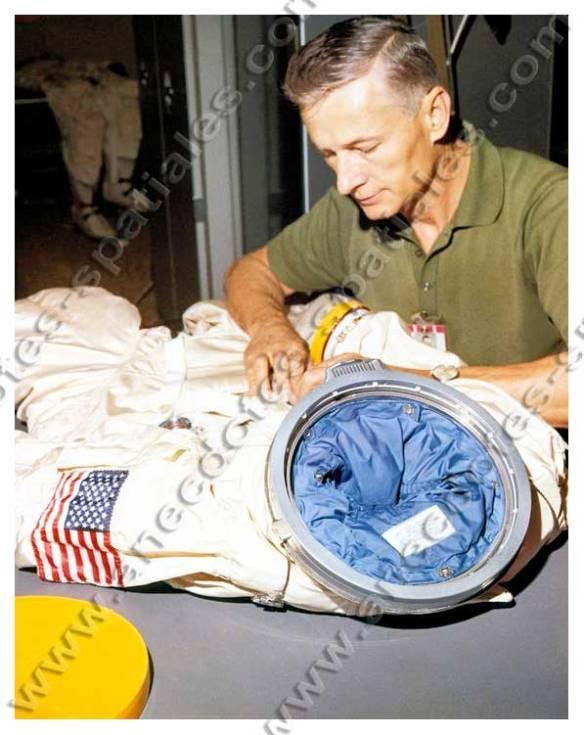 Juin 1965 - Joe Schmitt effectue les dernières vérifications sur les combinaisons des astronautes de Gemini IV