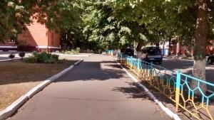 ringhiera pitturata come la bandiera ukraina