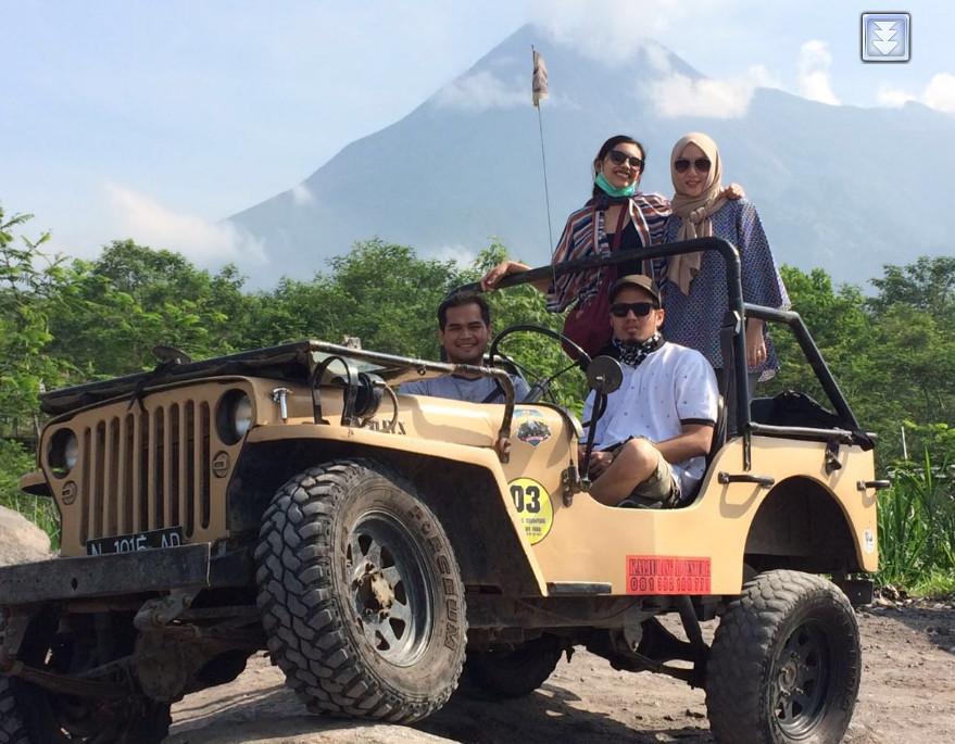 Ingga Bia Putri Berfoto bersama keluarga di atas jip Merapi