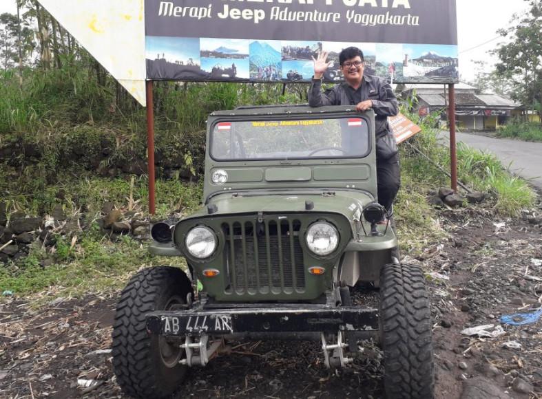 Thomas Jan Bernadus Berfoto di atas jip Merapi