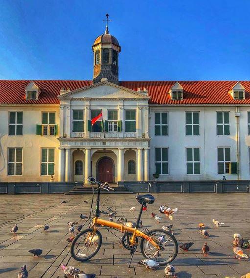Sepeda mini dengan background Museum Fatahillah