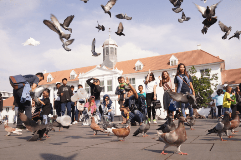 Burung beterbangan di depa museum Fatahillah