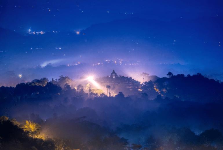 Pemandangan candi borobudur di malam hari