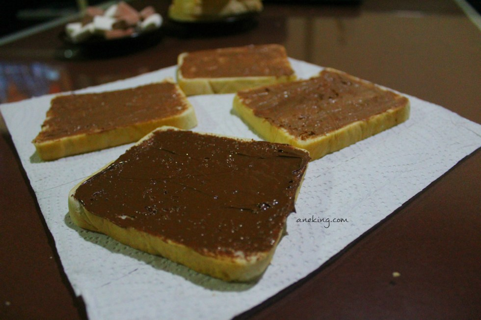 2. Spread Nutella on one face of the bread.