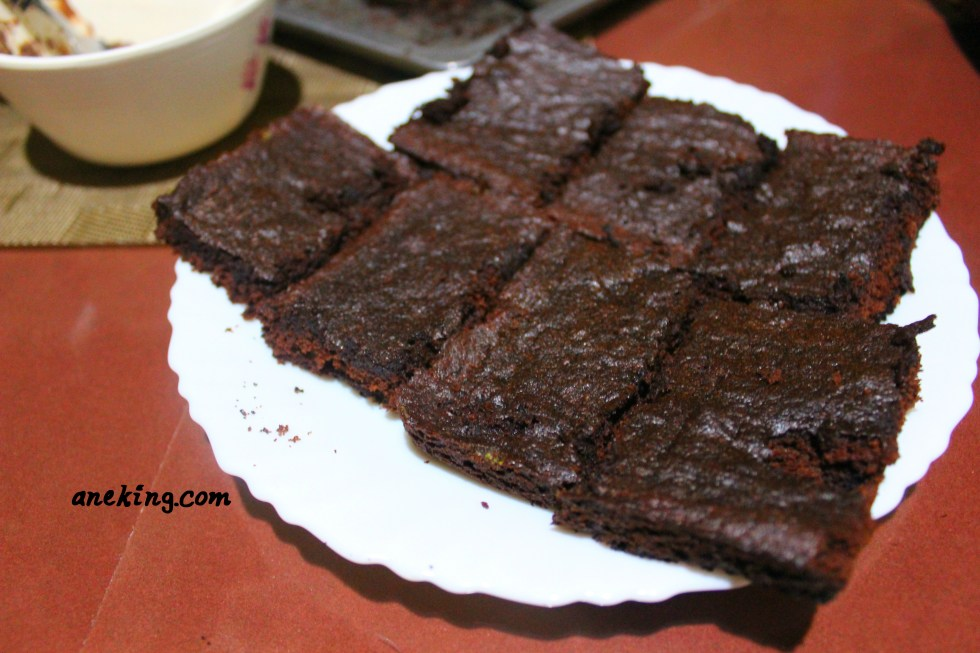 7. Slice the brownies into smaller squares and set it aside.
