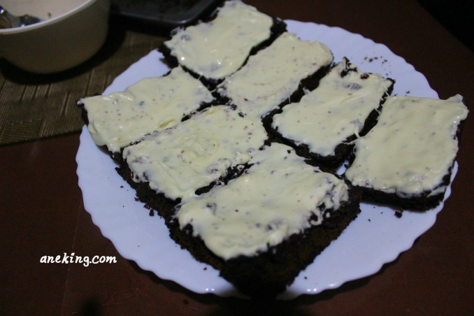 9. Spread the melted white chocolate over the brownies.