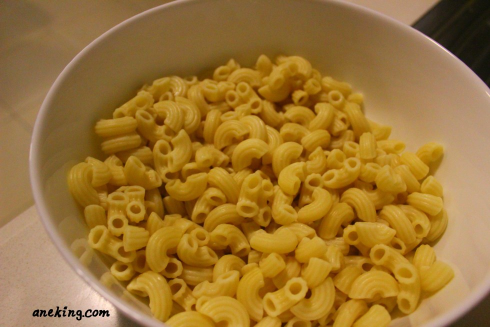 4. Place the macaroni pasta in a bowl.