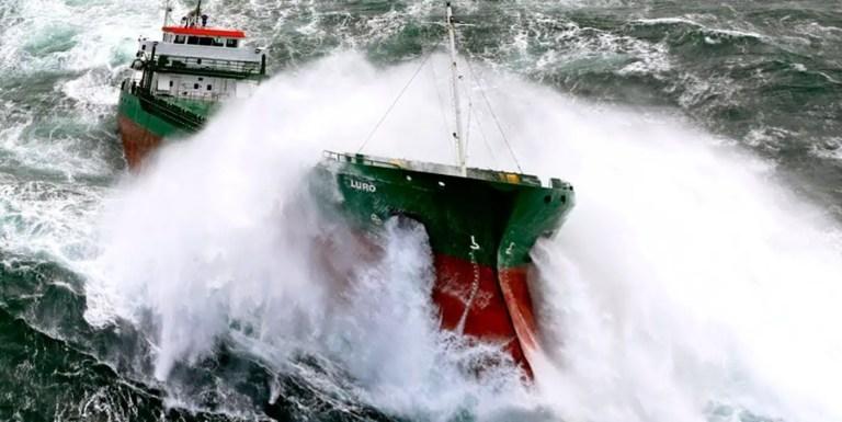 Fotografía de un barco en una tormenta.