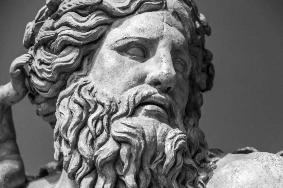 Detalla de una estatua de Zeus.