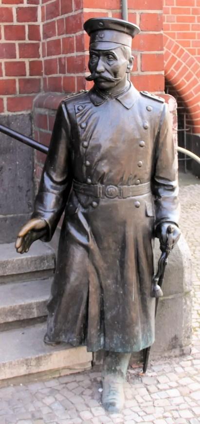 Fotograf'ia de la estatua de Wilhelm Voigt.