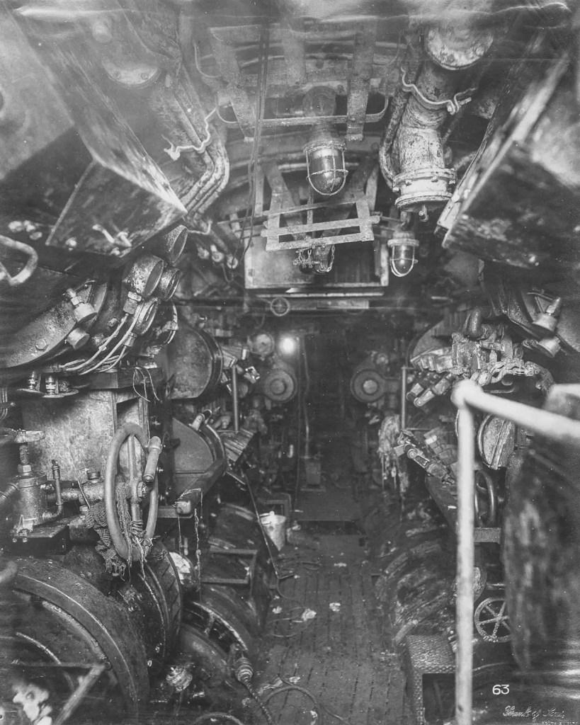 Fotografía del interior de un submarino antiguo.