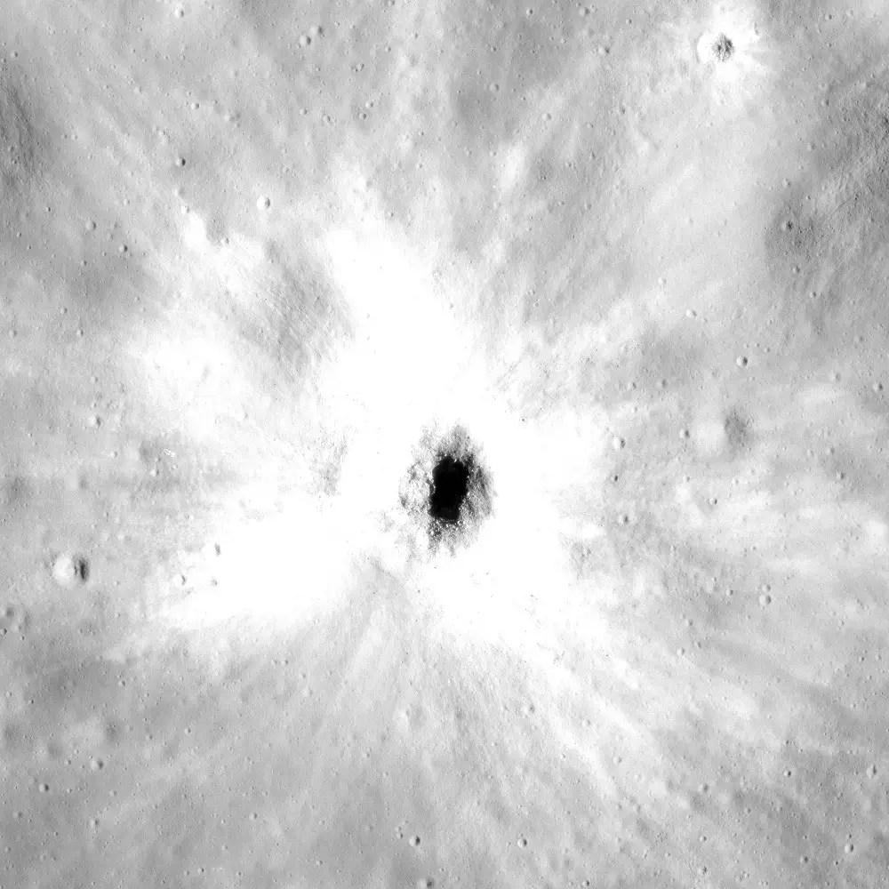 Fotografía de un cráter lunar.