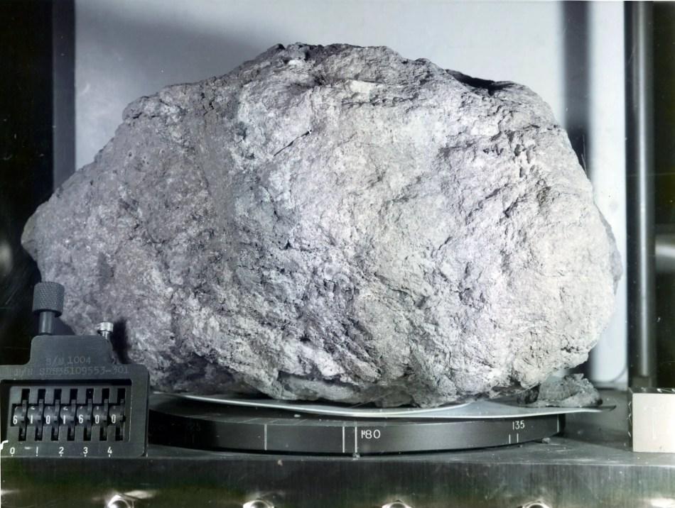 Fotografía de la roca lunar sample 61016.
