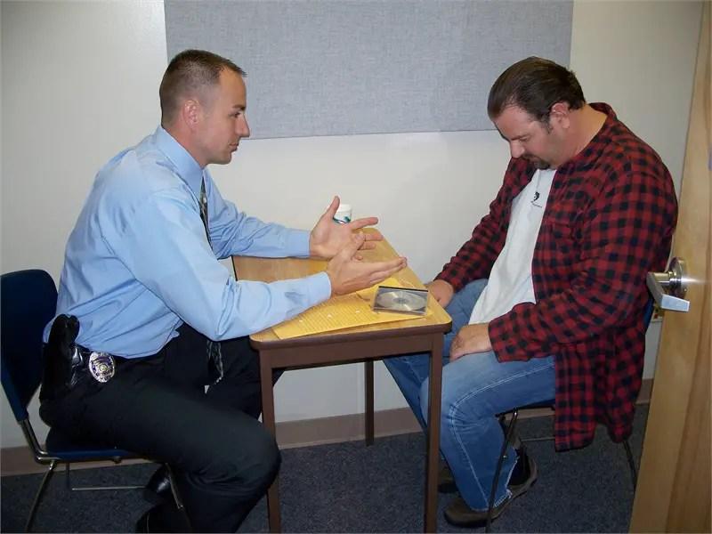 Representación de una interrogación en la cual se está utilizando el método de Reid, también llamado la técnica de Reid.