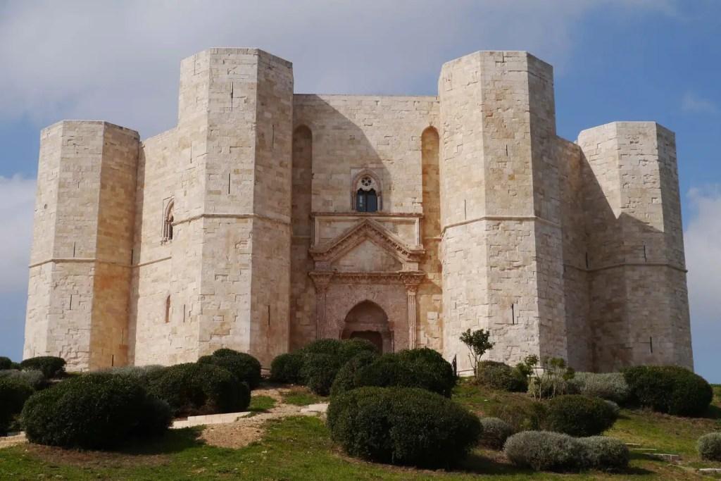 Vista infgerior de la entrada principal del Castel del Monte.