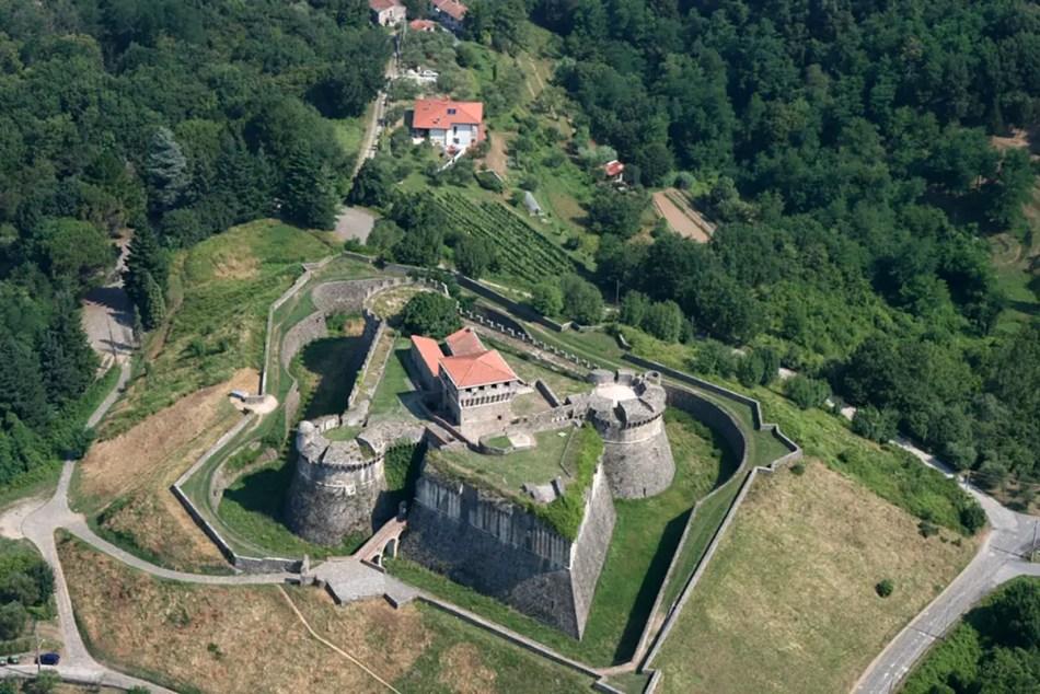 Fotografía aérea del fuerte de sarzana.